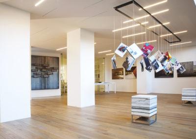 Der Cube 400 Lautsprecher in Carrara Marmor schmückt jede Lobby.