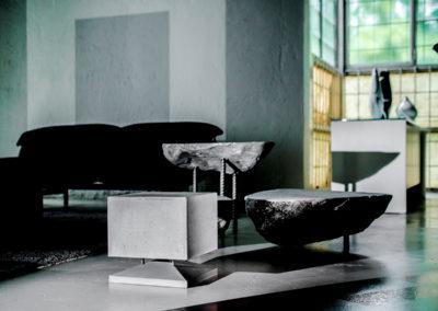 Cubino Beton, grau, umgeben von Beton Boden und Beton Möbeln