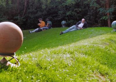 Musik entspannt, hier im Vordergrund spielt der Sphere 360 Lautsprecher in Terracotta.