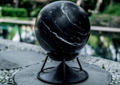 Sphere 360 Marmor Nero Marquina auf dem Dreibein