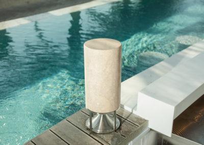 Tall Cylinder in Travertin, gespachtelt, mit Edelstahlfuß
