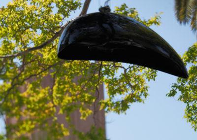 Helmet Small, abgehängt mit Drahtseilen